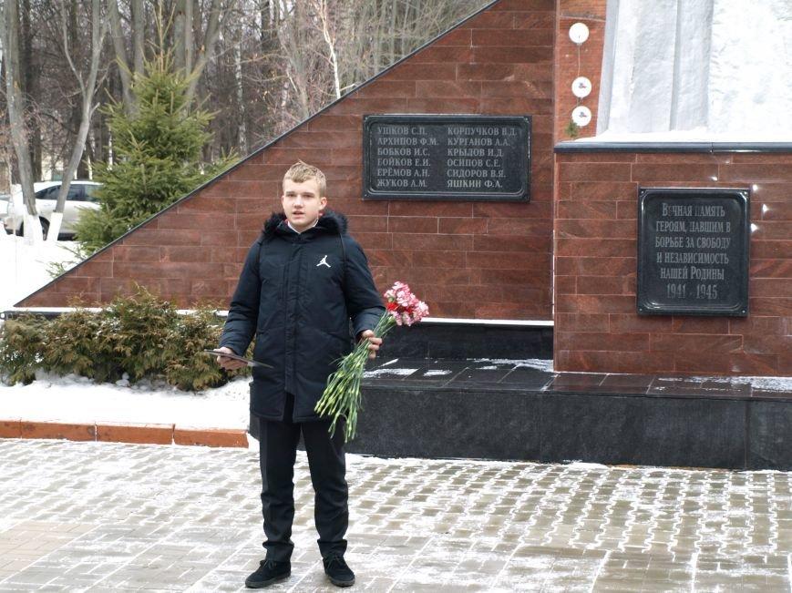 Школьники из Ватутинок возложили цветы к обелиску павшим воинам (фото) - фото 2