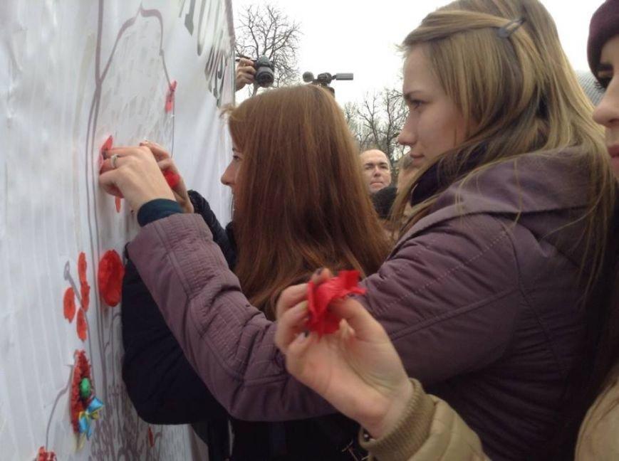 Ми збережемо віру: у Львові влаштували патріотичний флеш-моб, щоб вшанувати пам'ять Героїв Небесної Сотні, фото-1