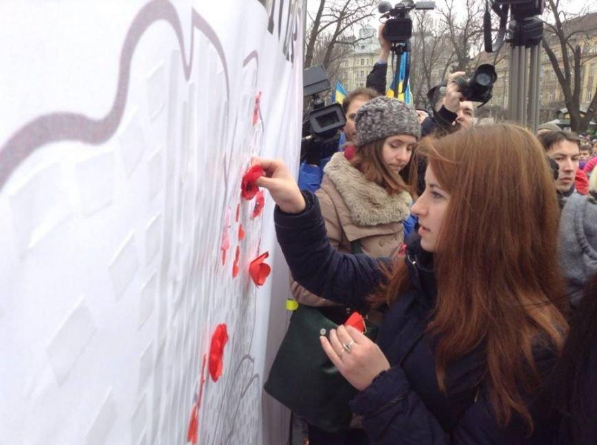 Ми збережемо віру: у Львові влаштували патріотичний флеш-моб, щоб вшанувати пам'ять Героїв Небесної Сотні, фото-7