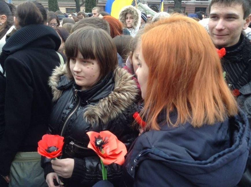 Ми збережемо віру: у Львові влаштували патріотичний флеш-моб, щоб вшанувати пам'ять Героїв Небесної Сотні, фото-3