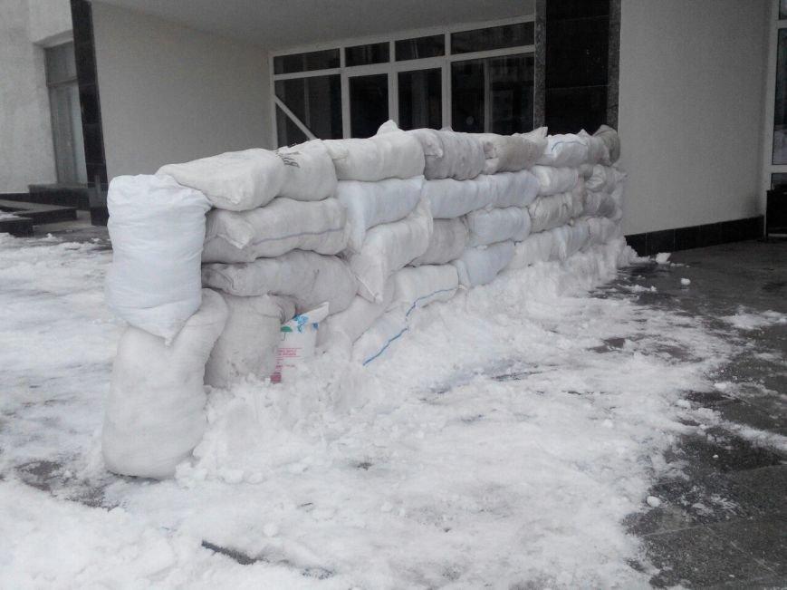В Сумах перед зданием облсовет появилась снежная баррикада (фото) - фото 1