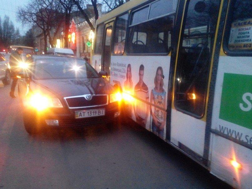 Маршрутка і «Skoda» не поділили дорогу (ФОТОФАКТ) (фото) - фото 1
