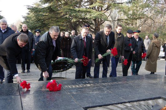 Праздновать День защитника Отечества в Симферополе начали с возложения цветов к  мемориалу, торжественного марша и награждений (ФОТО) (фото) - фото 2