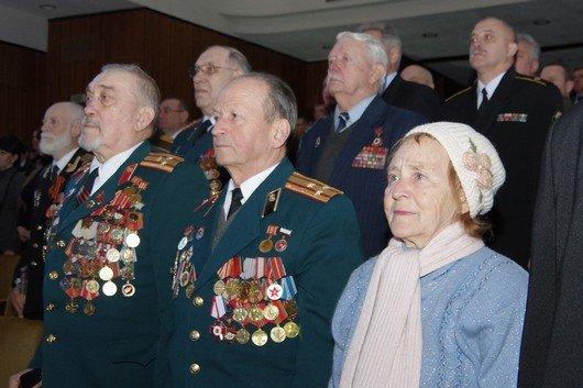 Праздновать День защитника Отечества в Симферополе начали с возложения цветов к  мемориалу, торжественного марша и награждений (ФОТО) (фото) - фото 5