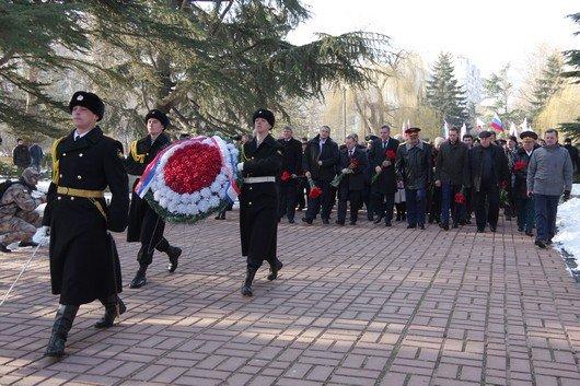 Праздновать День защитника Отечества в Симферополе начали с возложения цветов к  мемориалу, торжественного марша и награждений (ФОТО) (фото) - фото 1