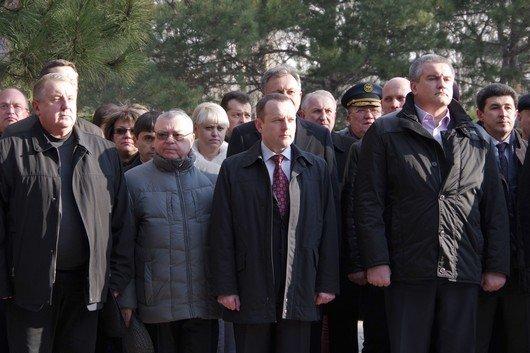 Праздновать День защитника Отечества в Симферополе начали с возложения цветов к  мемориалу, торжественного марша и награждений (ФОТО) (фото) - фото 3