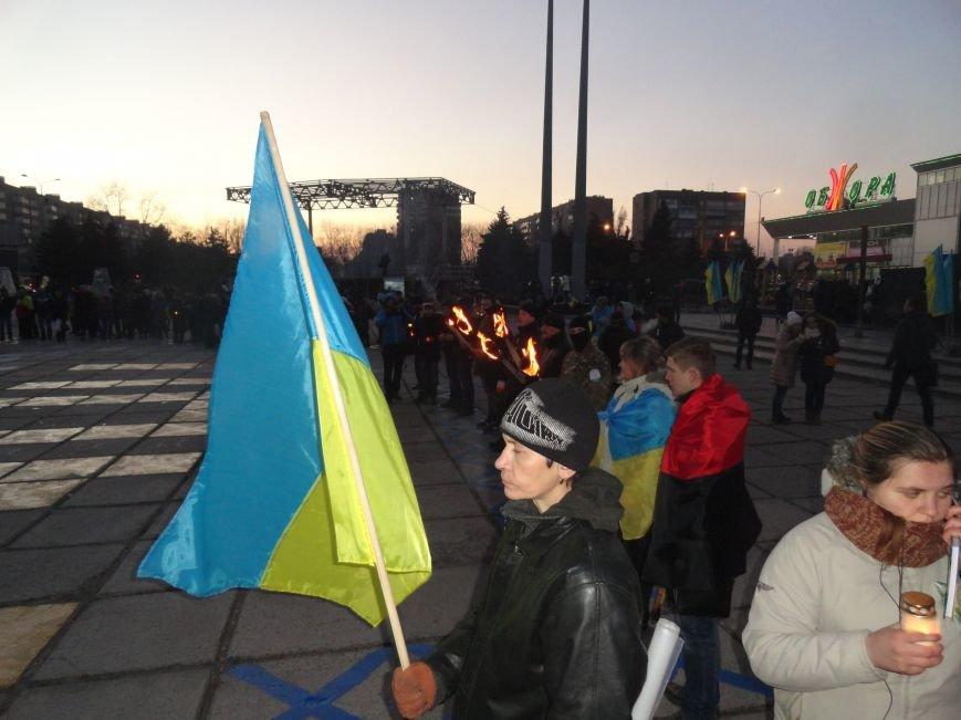 В Мариуполе состоялось факельное шествие в память героев Небесной сотни (ФОТОРЕПОРТАЖ) (фото) - фото 1
