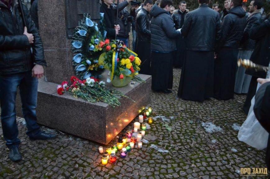 В Ужгороді вшанували героїв Небесної Сотні (ФОТОРЕПОРТАЖ) (фото) - фото 17