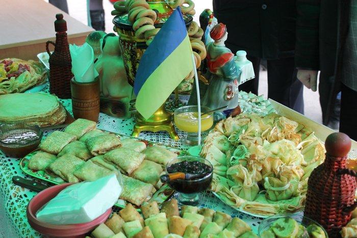 Под Мариуполем испекли карту Украины из 6 тысяч блинов (ФОТО), фото-13