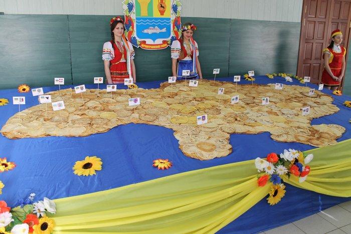 Под Мариуполем испекли карту Украины из 6 тысяч блинов (ФОТО), фото-7