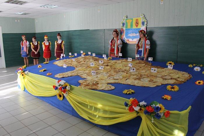 Под Мариуполем испекли карту Украины из 6 тысяч блинов (ФОТО), фото-8