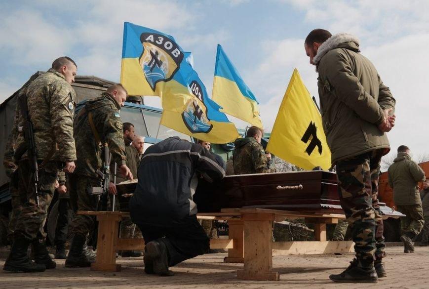 В Урзуфе бойцы полка «Азов» простились с побратимом, погибшим в Широкино (ФОТО) (фото) - фото 1