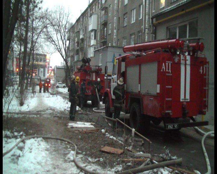 В центре Харькова сгорела полностью забитая мусором квартира: хозяйка погибла в огне (ФОТО+ВИДЕО), фото-1