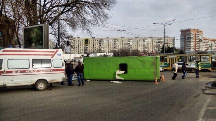 На проспекте Гагарина перевернулась маршрутка с пассажирами  (ФОТО) (фото) - фото 1