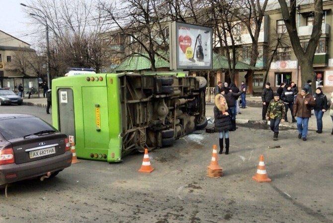 На проспекте Гагарина перевернулась маршрутка с пассажирами  (ФОТО) (фото) - фото 2