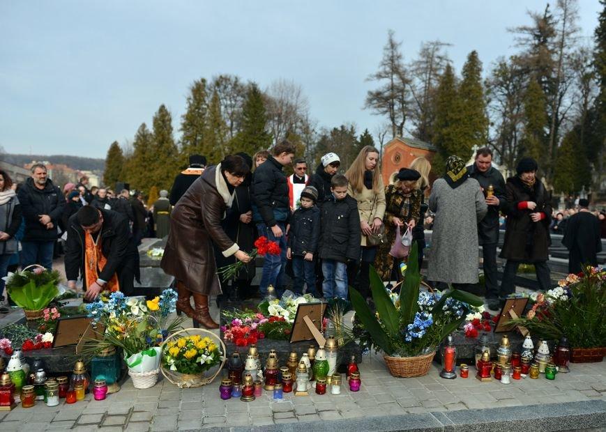 Над Личаківським кладовищем замайорів прапор України в пам'ять про Героїв Небесної Сотні (ФОТО), фото-3