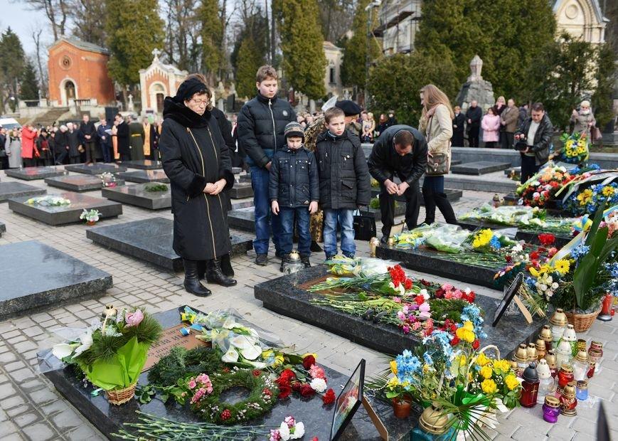 Над Личаківським кладовищем замайорів прапор України в пам'ять про Героїв Небесної Сотні (ФОТО), фото-4