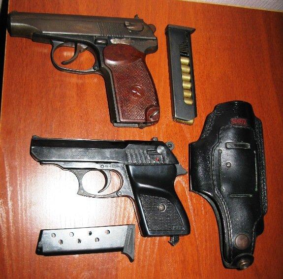 Милиция задержала киевлянина с оружием и фальшивым удостоверением из Верховной Рады (ФОТО) (фото) - фото 1