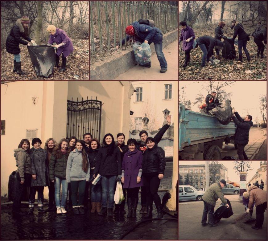 Як львів'яни прибирали площу перед Собором святого Юра після паломників  (ФОТОРЕПОРТАЖ) (фото) - фото 3