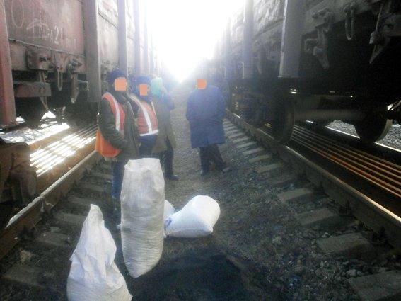 На станции Гродовка пытались украсть 700 кг угля (фото) - фото 1