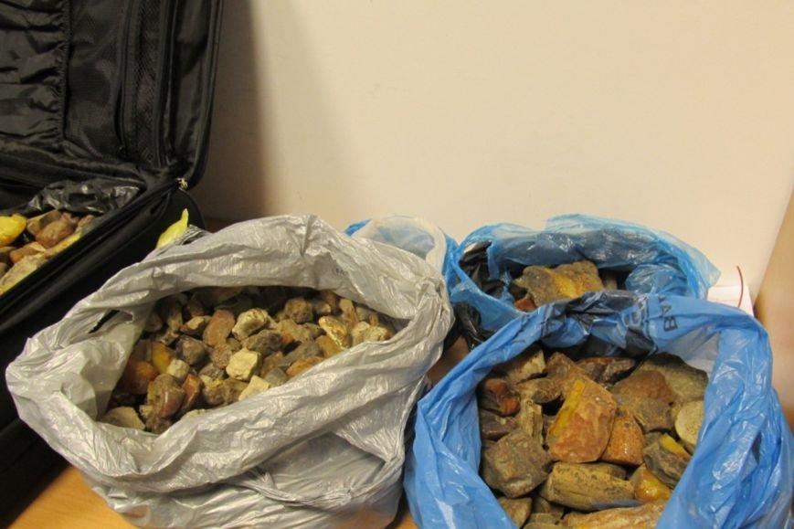 Львівські митники затримали в аеропорту контрабандистів, які намагалсь вивести 70 кг бурштину (ФОТО), фото-1