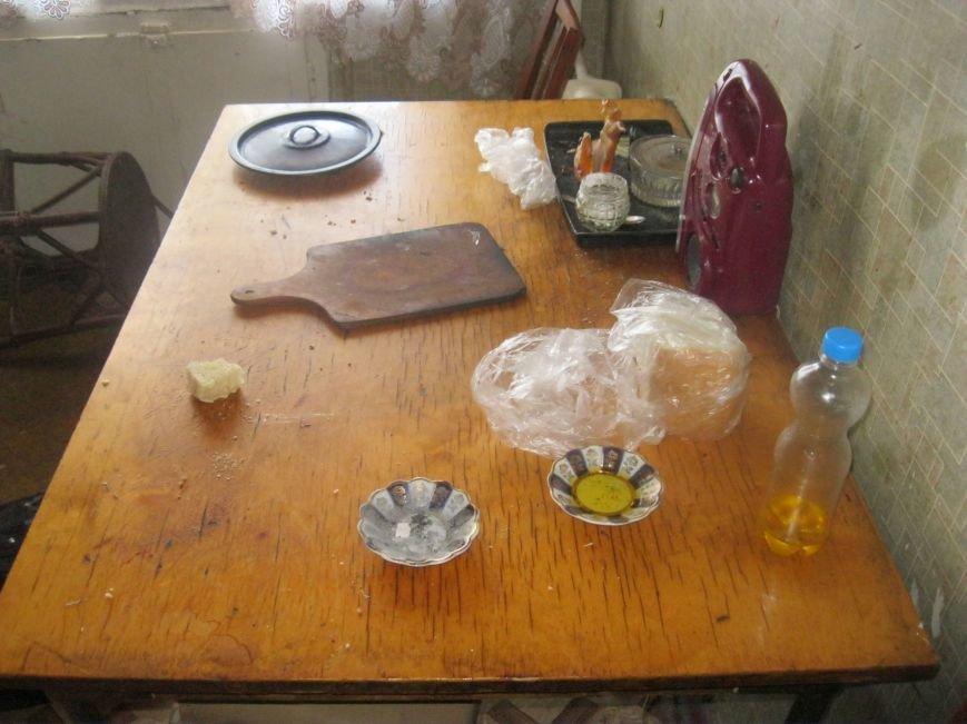 Воскресным утром жительница Днепродзержинска обнаружила возле себя труп незнакомого мужчины (фото) - фото 1