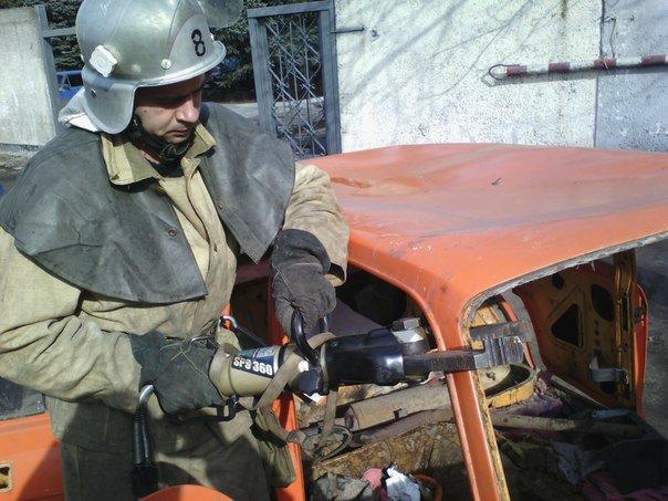 Днепродзержинские спасатели тренировались в ликвидации последствий ДТП (фото) - фото 3