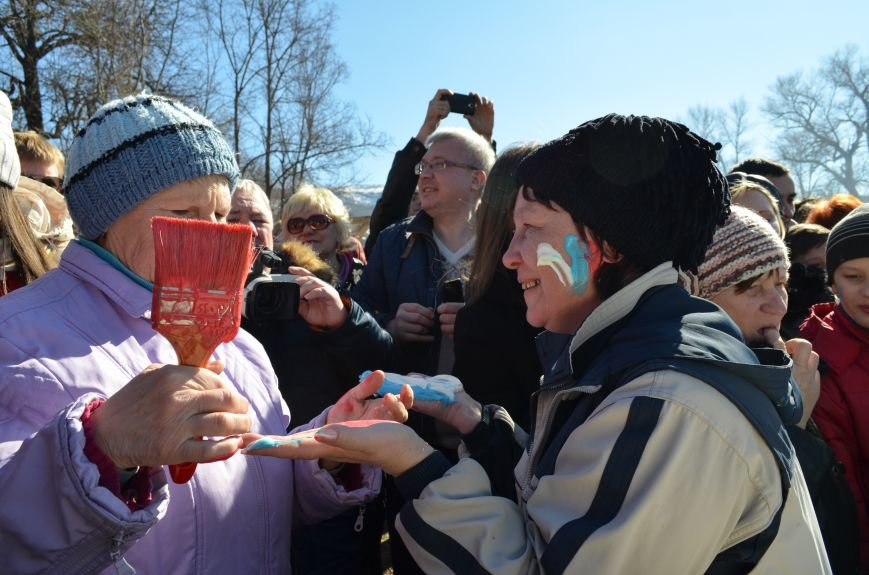 ФОТОРЕПОРТАЖ: Крымчан накормили огромным российским флагом из блинов (+ ВИДЕО), фото-11