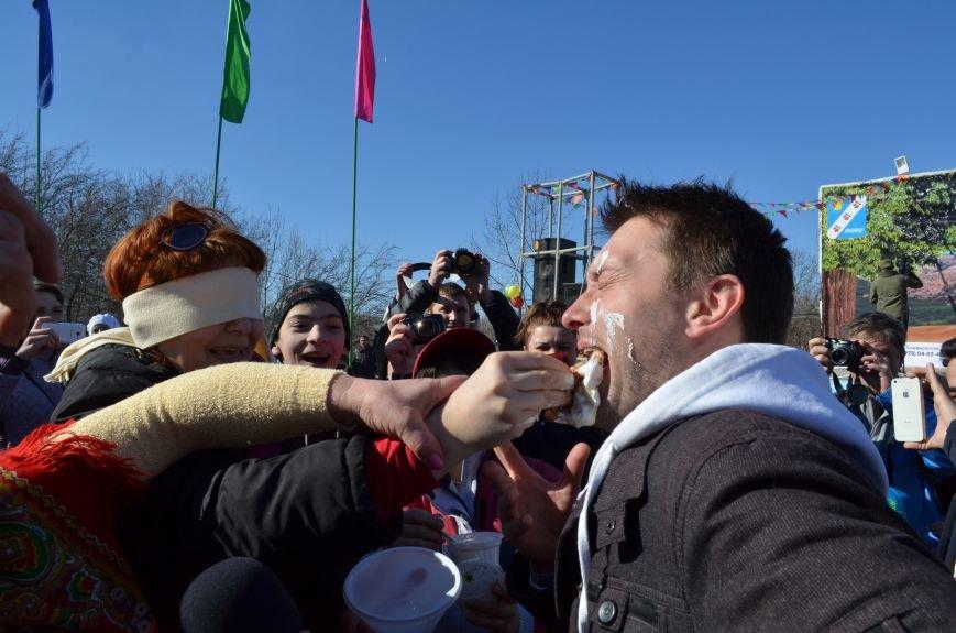 ФОТОРЕПОРТАЖ: Крымчан накормили огромным российским флагом из блинов (+ ВИДЕО), фото-10