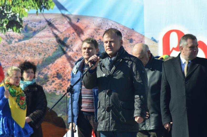 ФОТОРЕПОРТАЖ: Крымчан накормили огромным российским флагом из блинов (+ ВИДЕО), фото-12