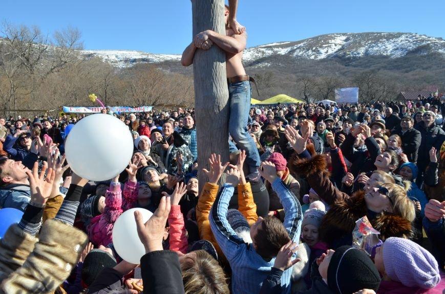 ФОТОРЕПОРТАЖ: Крымчан накормили огромным российским флагом из блинов (+ ВИДЕО), фото-4
