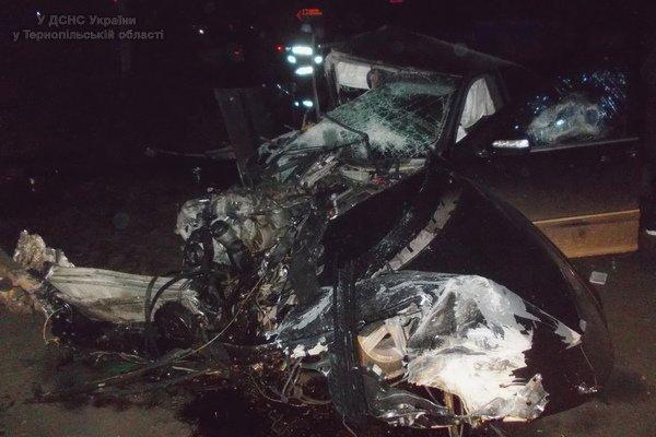 У Тернополі на Текстильній автомобіль врізався в стовп (фото) (фото) - фото 1