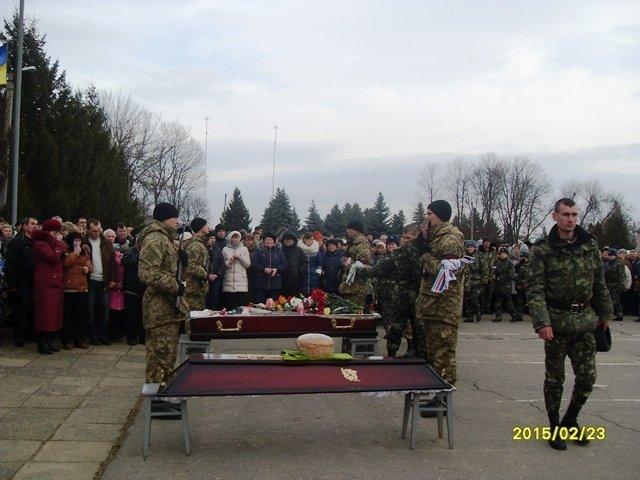 На севере Одесской области на коленях прощались с героем, погибшим под Дебальцево (ФОТО) (фото) - фото 1