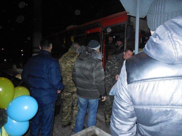 Кривой Рог встретил освобожденных из плена бойцов голыми панцирными койками (ФОТО) (фото) - фото 4