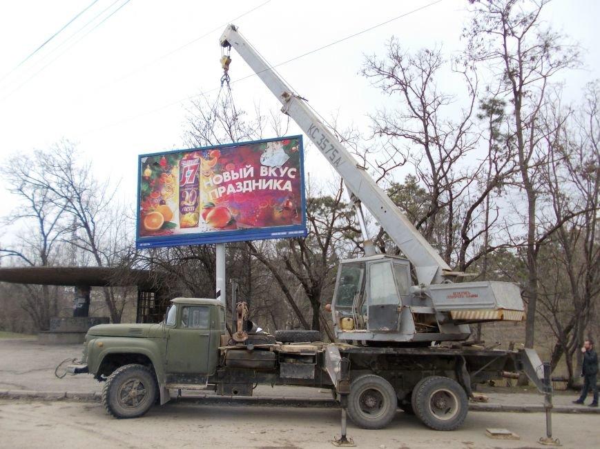 В Симферополе снесли два билборда по требованию прокуратуры (ФОТО) (фото) - фото 2