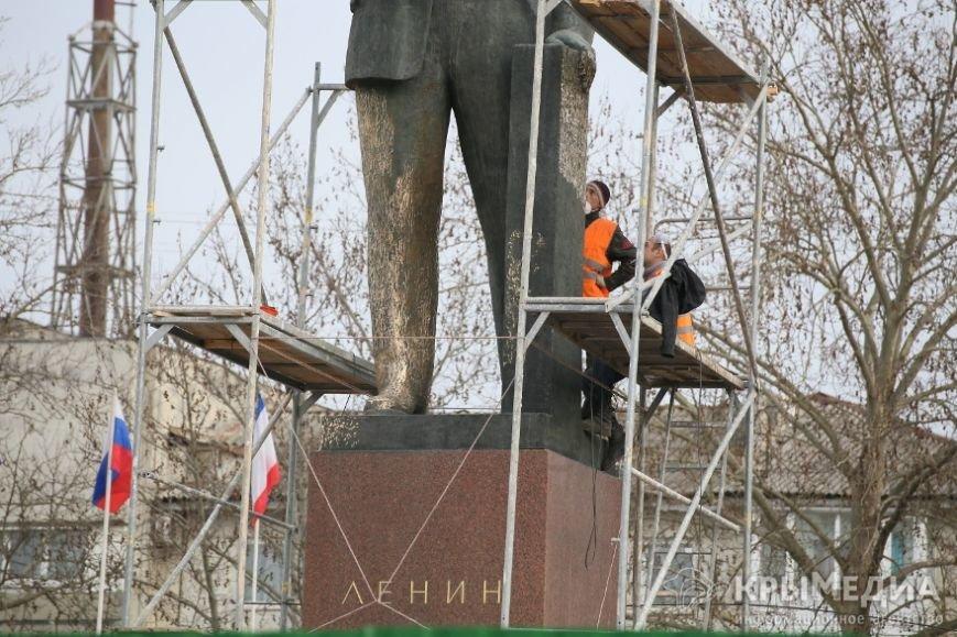 ФОТОФАКТ: В центре Симферополя приводят в порядок памятник Ленину (фото) - фото 1