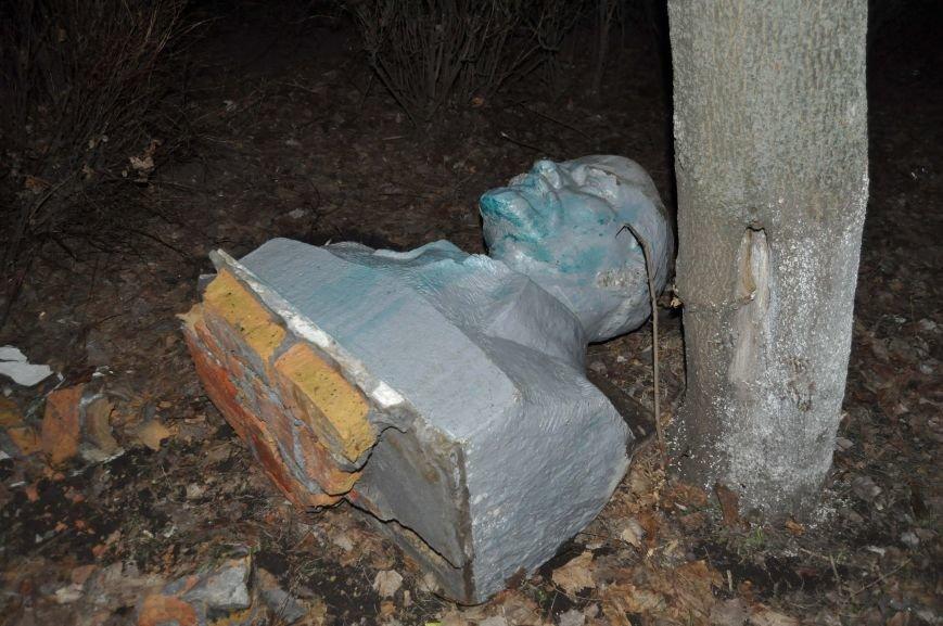 В селах Запорожской области упало ещё 3 памятника Ленину (ФОТО, ОБНОВЛЕНО) (фото) - фото 1