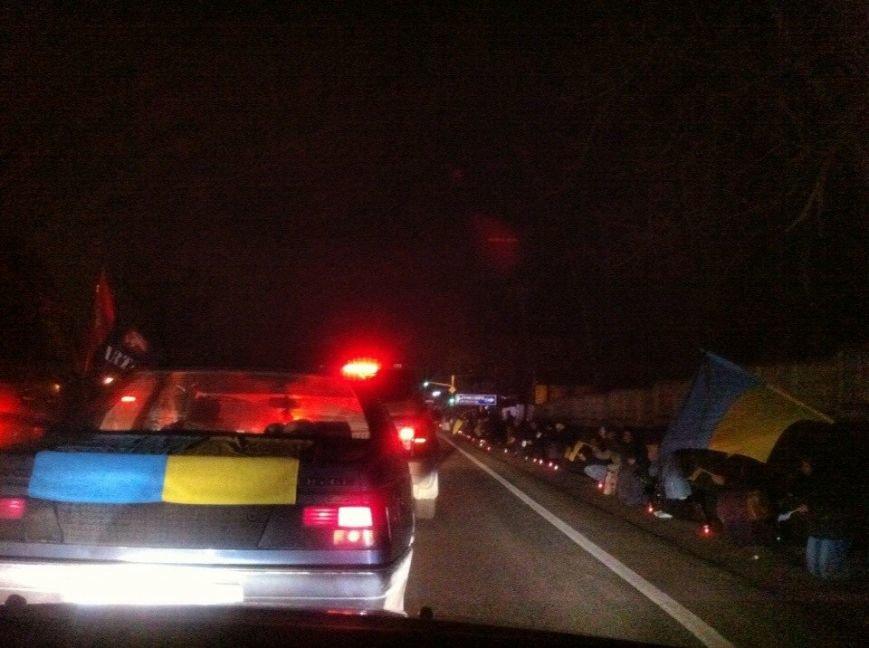 Львів'яни стоячи на колінах, зустріли полеглих військових АТО (фото) - фото 1