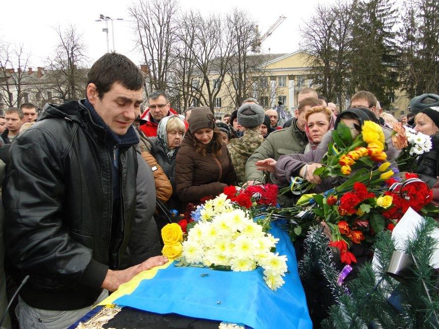 Хмельницький на колінах провів у останню путь Анатолія Суліму (фото) - фото 1