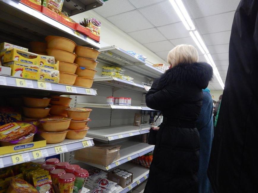 Полки киевских супермаркетов опустошают покупатели и сами продавцы (ФОТО) (фото) - фото 1