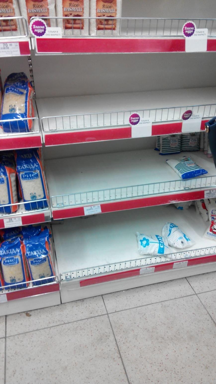 С полок краматорских магазинов разгребли сахар, крупы, муку и ... туалетную бумагу (ФОТО) (фото) - фото 6