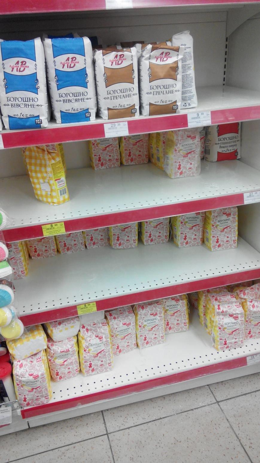 С полок краматорских магазинов разгребли сахар, крупы, муку и ... туалетную бумагу (ФОТО) (фото) - фото 7