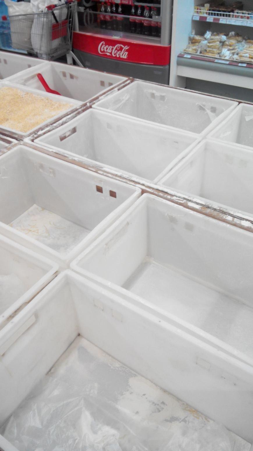 С полок краматорских магазинов разгребли сахар, крупы, муку и ... туалетную бумагу (ФОТО) (фото) - фото 2