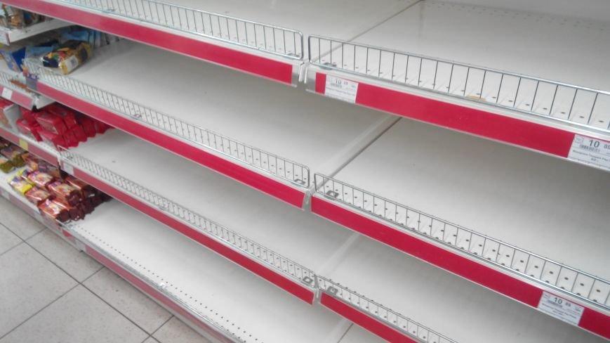 С полок краматорских магазинов разгребли сахар, крупы, муку и ... туалетную бумагу (ФОТО) (фото) - фото 3