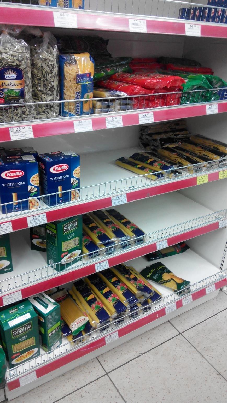 С полок краматорских магазинов разгребли сахар, крупы, муку и ... туалетную бумагу (ФОТО) (фото) - фото 4