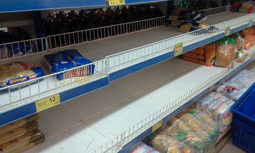 В Запорожье с полок магазинов сметали сахар, крупы и макароны (ФОТО), фото-1