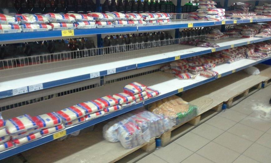 В Запорожье с полок магазинов сметали сахар, крупы и макароны (ФОТО), фото-2