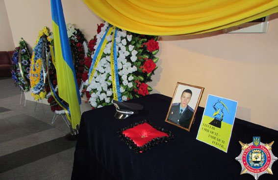 Сотни красноармейцев прощались с убитым в Мариуполе милиционером (ФОТО) (фото) - фото 1