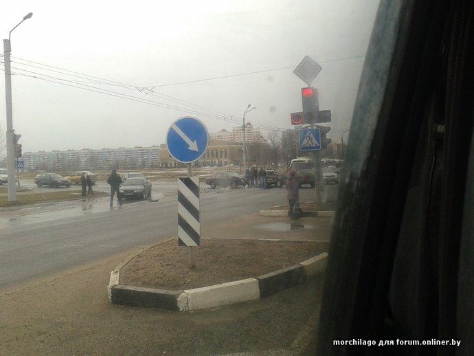Очевидец: в Витебске учебный автомобиль врезался в «Жигули» (фото) - фото 1