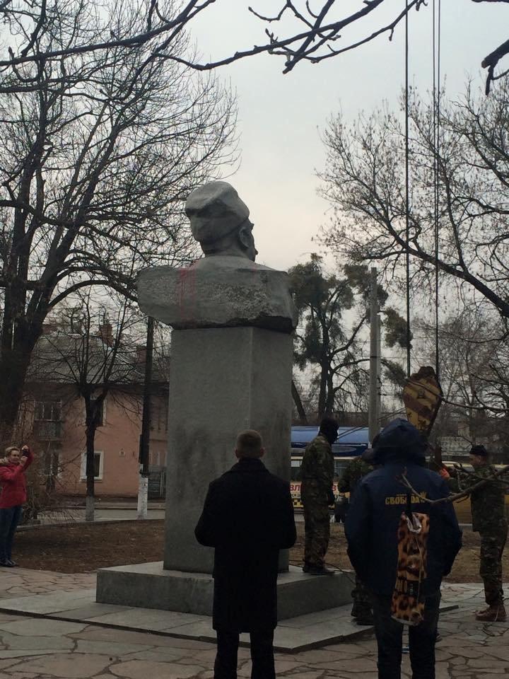 У Житомирі демонтували пам'ятник Пархоменку, фото-1